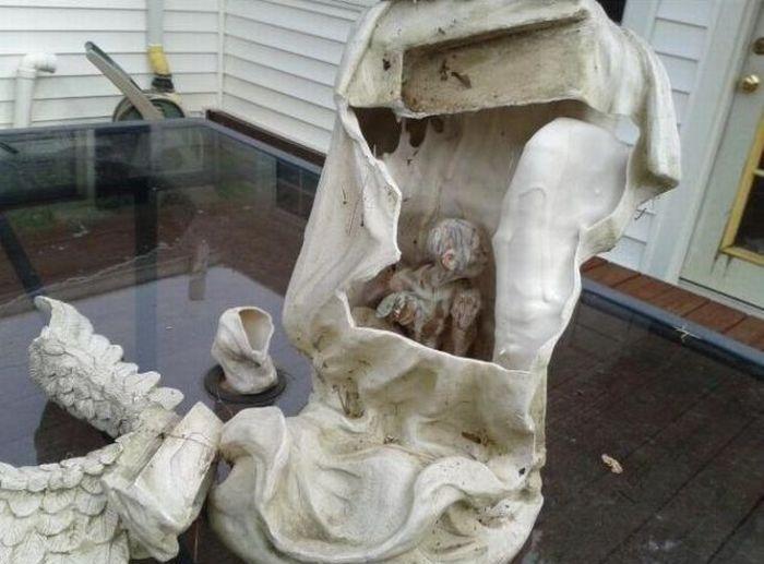 Статуя во дворе с пугающим секретом (3 фото)