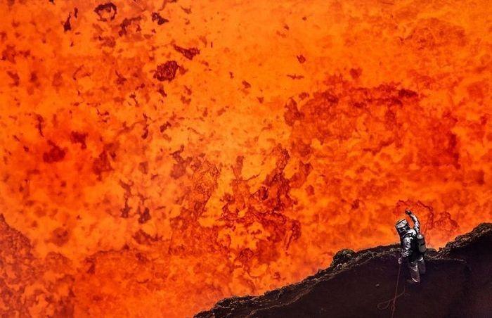 Экстремальный спуск в жерло вулкана (8 фото)