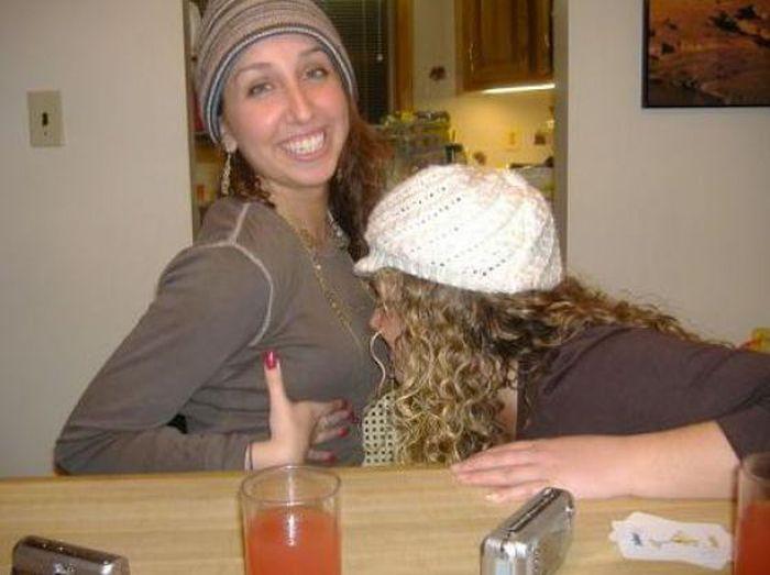 Пьяные девушки пытаются укусить друг друга за грудь (57 фото)