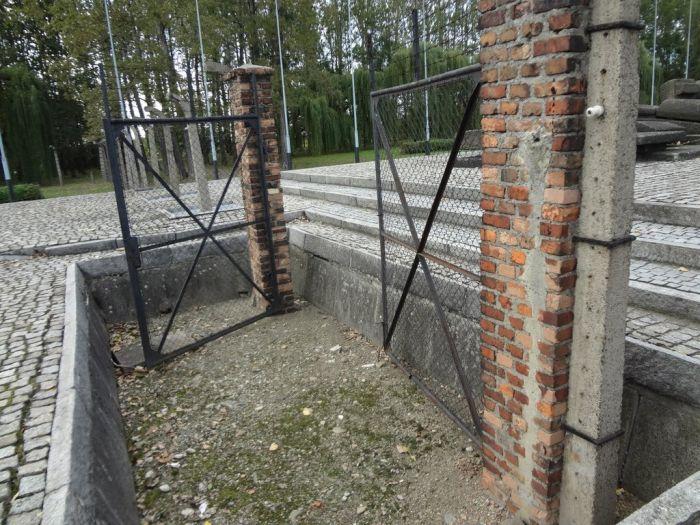 Прогулка по концентрационному лагерю Аушвиц в наши дни (40 фото)