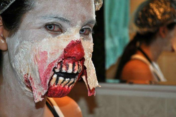 Пугающий и очень реалистичный костюм зомби (9 фото)