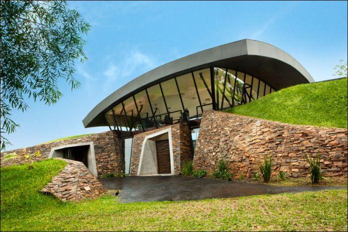 Эко-дом, спроектированный внутри холма (14 фото)