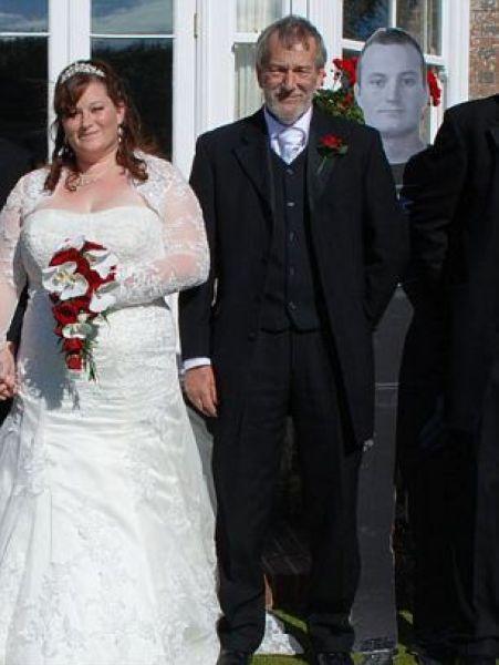 Не смог приехать на свадьбу сестры (7 фото)
