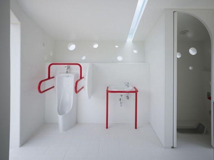 Необычные туалеты в общественных местах (24 фото)