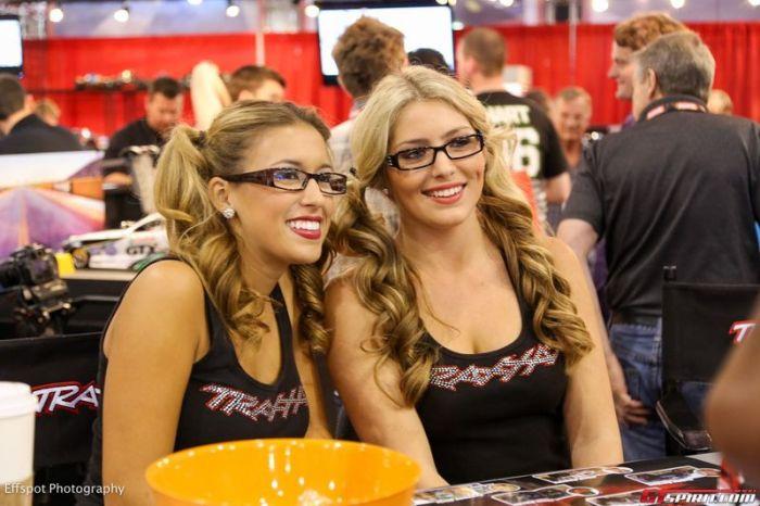 Симпатичные девушки с автовыставки SEMA 2012 (40 фото)