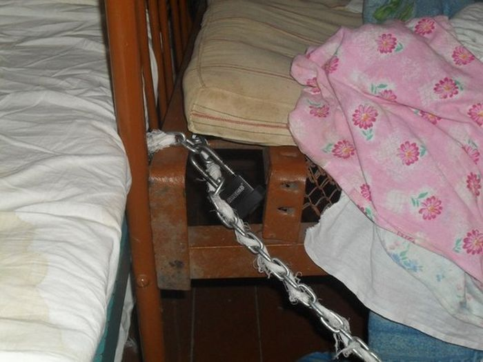 Мама держала дочь на цепи, чтобы она не сбежала (6 фото)