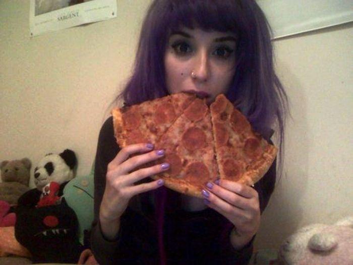 Девушки, которые обожают пиццу (43 фото)