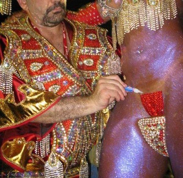 Как держатся миниатюрные трусики на танцовщицах из Бразилии (15 фото)