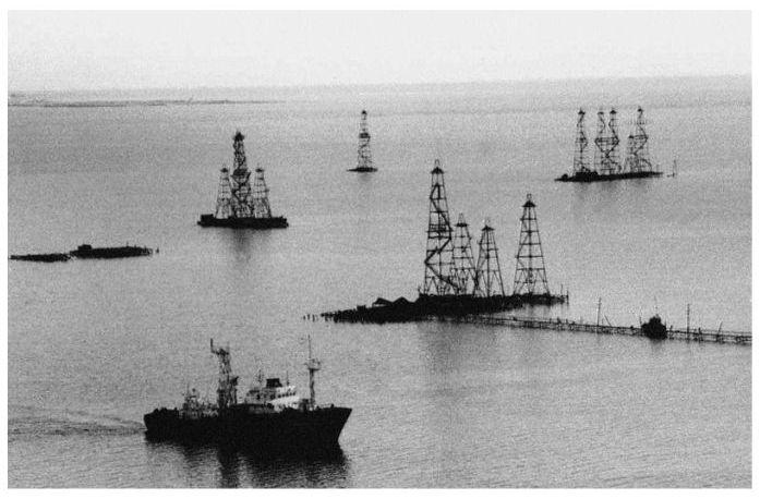 Гигантский памятник нефтедобывающей промышленности СССР (9 фото)