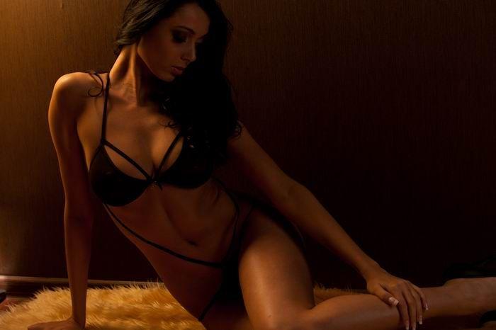 Эллина Бандеева из ДОМ-2 в эротической фотосессии (8 фото)
