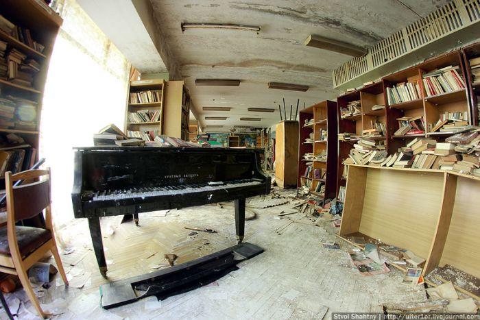 Pension abandonada, con materiales y objetos dentro.