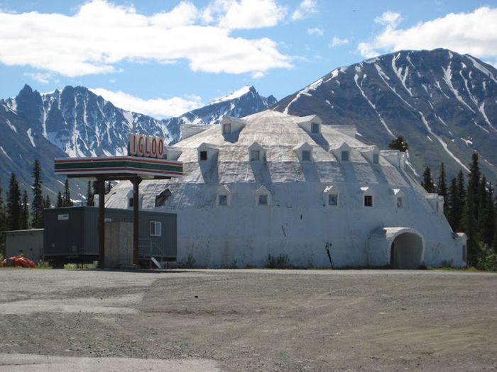 Необычный  заброшенный отель на Аляске (12 фото)