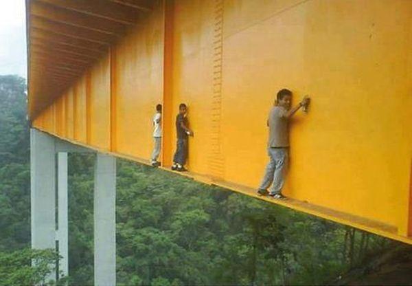Опасный способ нарисовать граффити (6 фото)