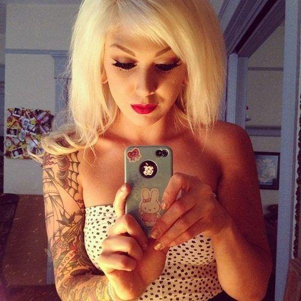 Сексуальные девушки фотографирую свое отражение в зеркале (40 фото)