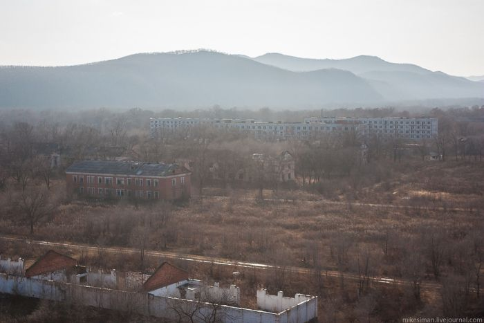 Покинутый гарнизонный городок недалеко от границы с Китаем (70 фото)