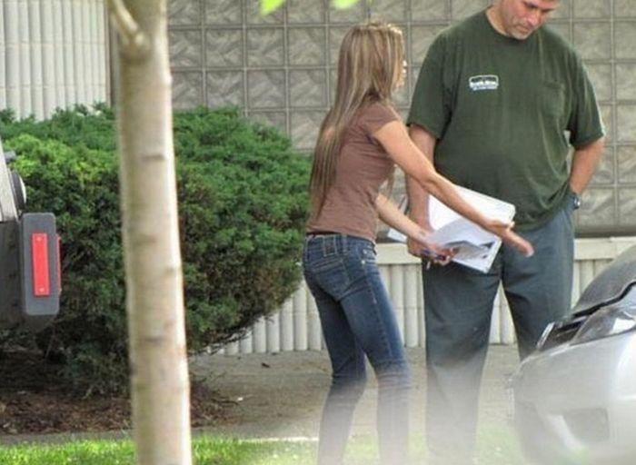 Симпатичная девушка оценивает ущерб от аварии (11 фото)