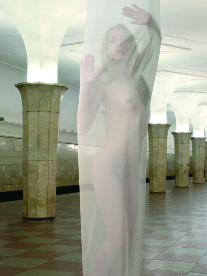 Московский метрополитен удивил новым календарем в стиле НЮ (12 фото)
