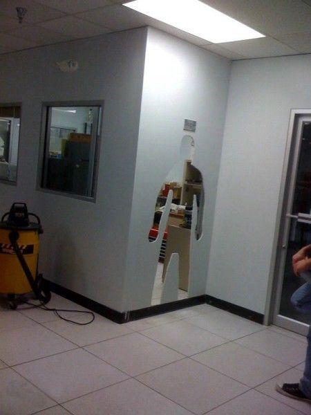 Крутой розыгрыш в офисе (5 фото)
