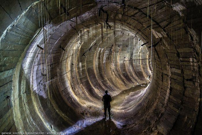 Прогулка по заброшенному бункеру, поражающему своими размерами (34 фото)