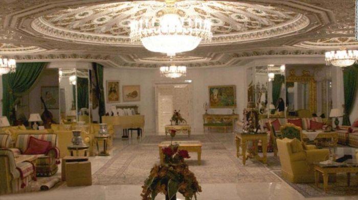 Фотоотчет из брошенного диктатором дворца (24 фото)