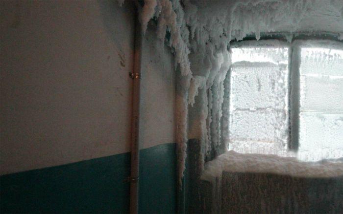 Подъезд жилого дома при -59°C за окном (6 фото)