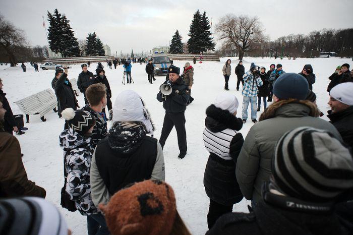 Арест за игру в снежки (14 фото)