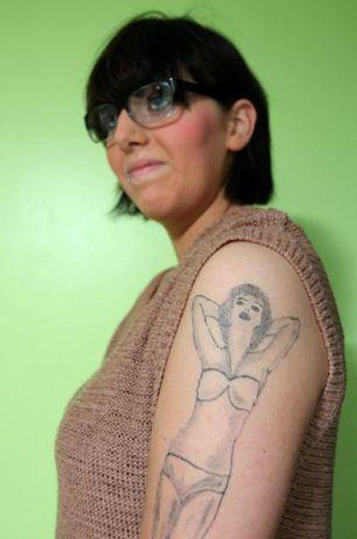 Татуировка в виде девушки в бикини (4 фото)