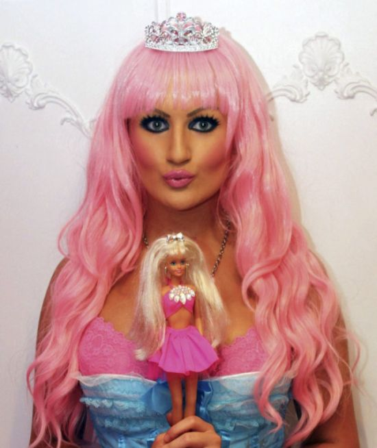 Девушка, одержимая красотой куклы Барби (25 фото)