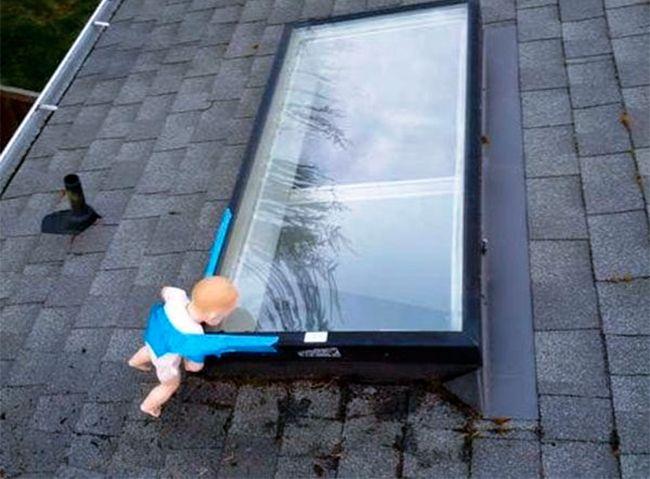 Жестокий розыгрыш с мансардным окном (2 фото)