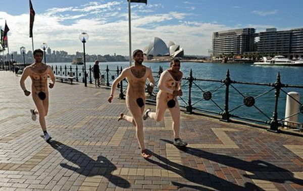 Откровенный костюм для бега (6 фото)