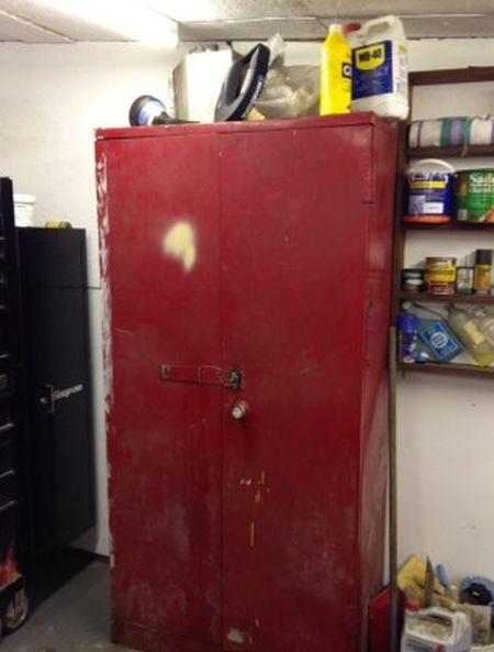 Необычный шкаф для инструментов в гараже (4 фото)