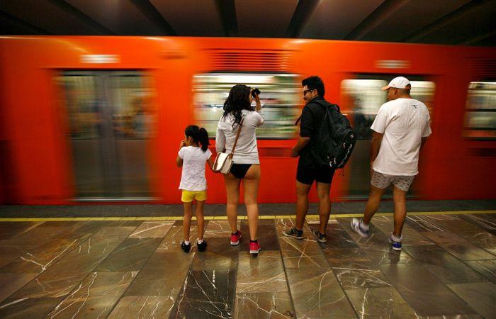 Поездка на метро в нижнем белье (30 фото)