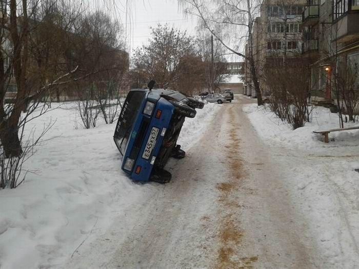 Не оставляй машину, перегородив проезд (2 фото)