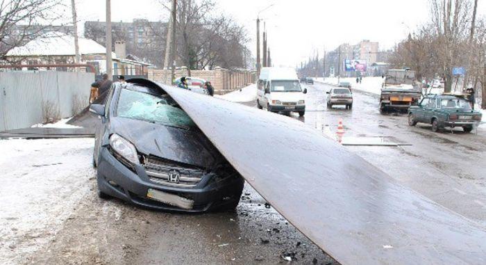 Автомобиль Honda накрыл 3 тонный лист проката (9 фото)