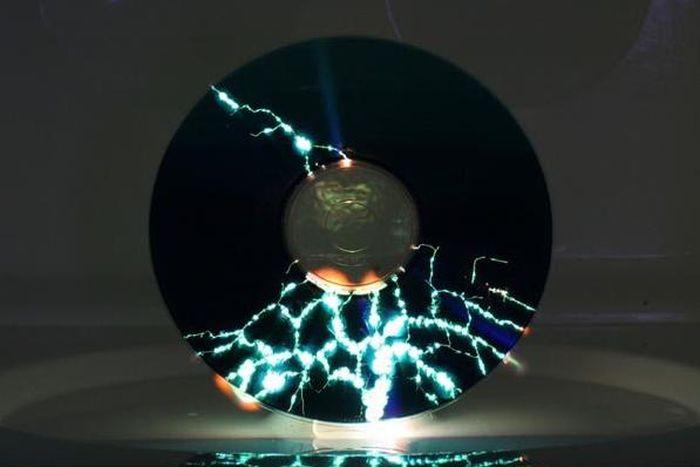 Компакт-диск в микроволновой печи (4 фото)