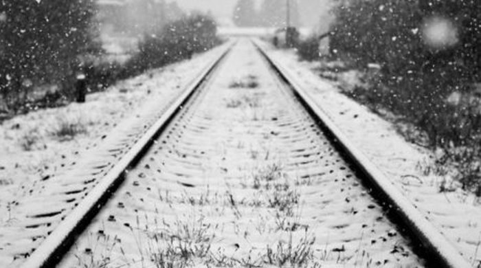 Мужчина выпал из поезда и бежал за ним по тайге 7 километров (4 фото)