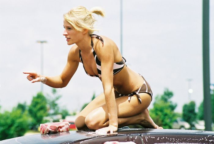 Симпатичные девушки в бикини на автомойке (81 фото)