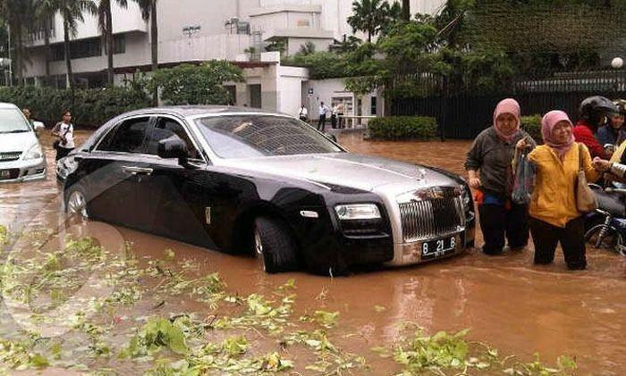 """Шикарный автомобиль превратился в дорогостоящую """"ванну"""" для его владельца (12 фото)"""