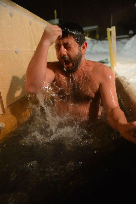 Михаил Галустян искупался в проруби на Крещение (8 фото)