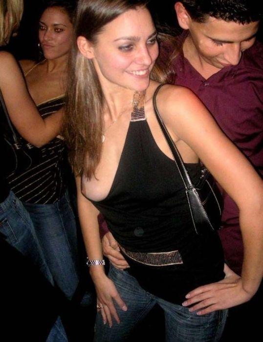 Девушки, которые засветили на камеру свою грудь (28 фото)