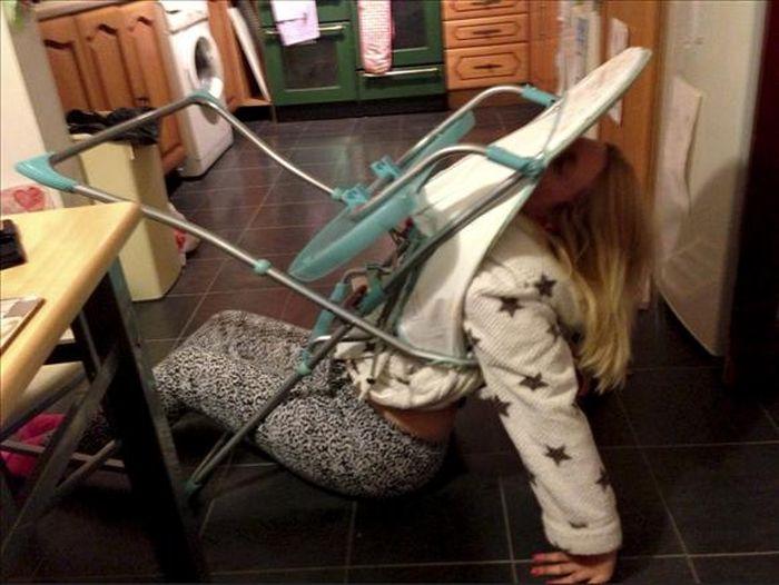 Детский стул превратился в капкан для пьяной мамаши (5 фото)