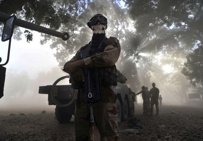 Реакция общественности на снимок французского солдата в стиле Call of Duty (4 фото)
