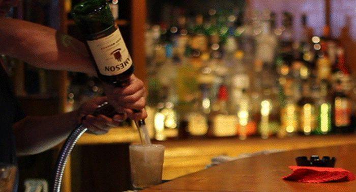 Девушка в баре подходит к бармену