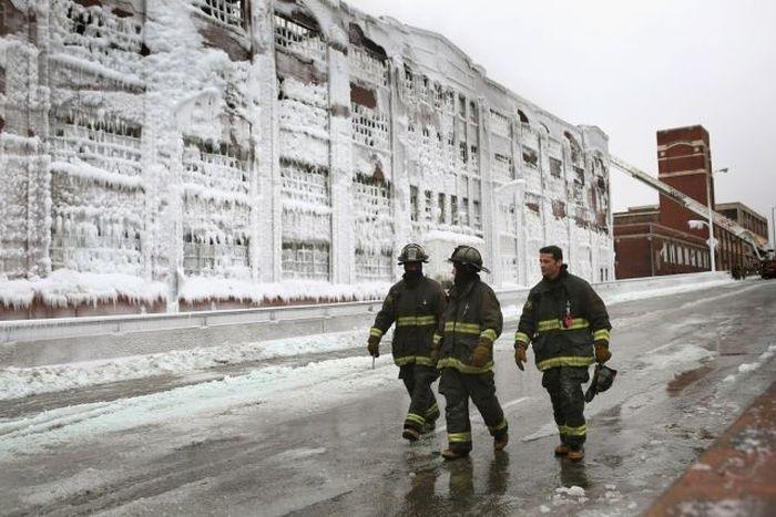 Борьба огня и льда при тушении пожара (15 фото)