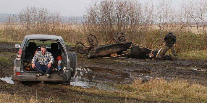 Если внедорожник застрял в грязи в деревне (3 фото)