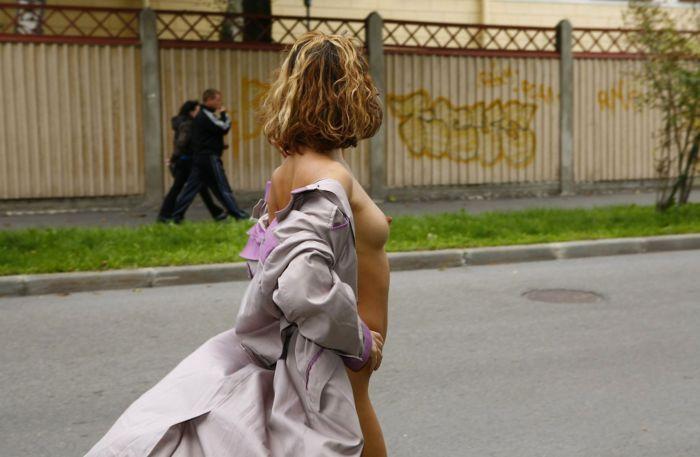 Голая девушка прогулялась по улицам Питера (20 фото)