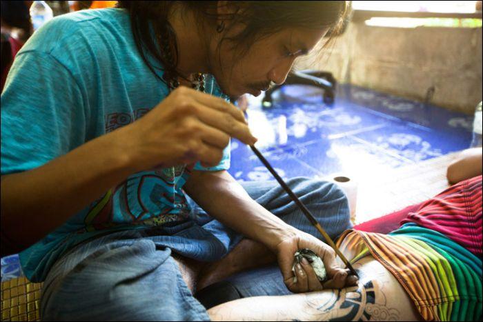 """Как делают татуировки """"bamboo"""" в Таиланде (10 фото)"""