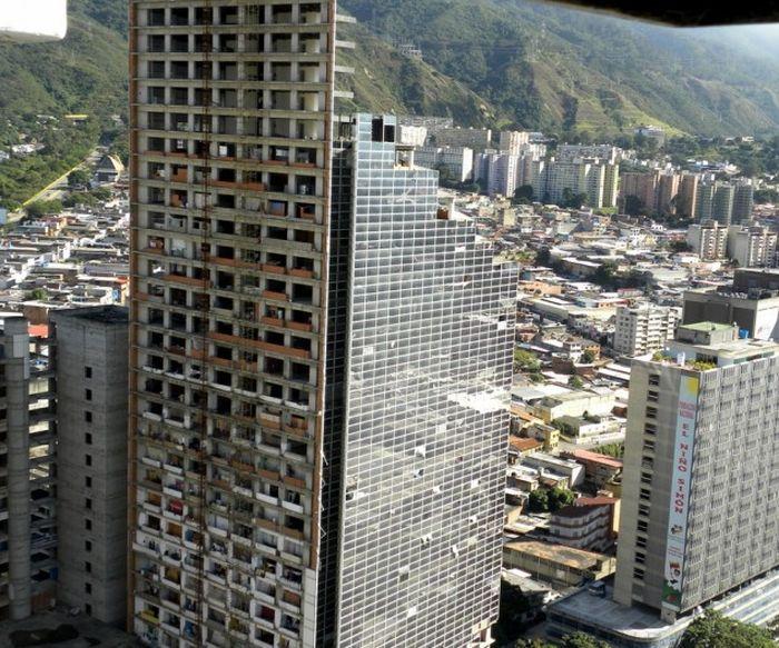Уникальные многоэтажные трущобы Каракаса (20 фото)