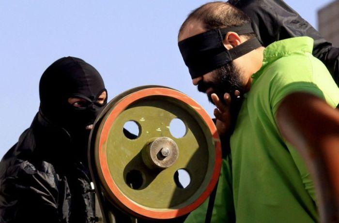 Ворам в Иране будут отрезать пальцы специальным станком (8 фото)