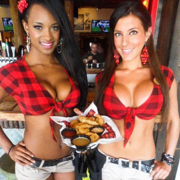 Сексуальные официантки из ресторанов Twin Peaks (42 фото)